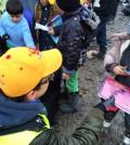 Helfende Hände im Flüchtlingslager in Dunkirk, Frankreich