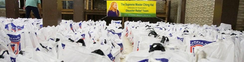 分送救援物資給在孟加拉的羅興亞難民